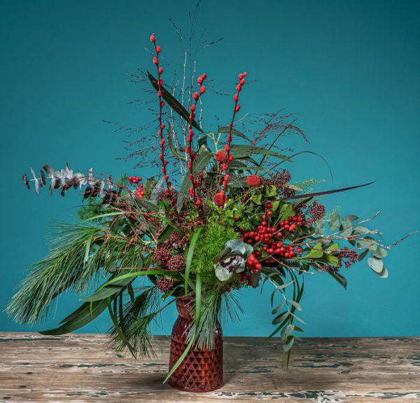 jarron navideño con flores y plantas