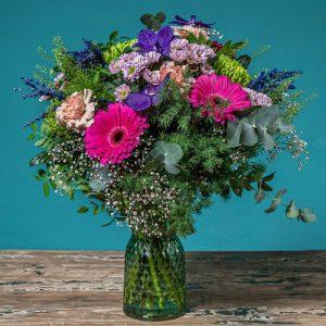 jarron con ramo de flores en colores intensos
